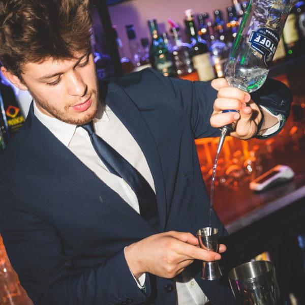 barmaid et cocktails